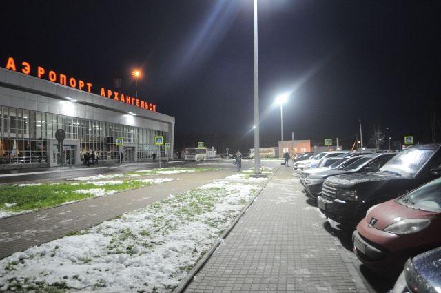 Автомобилисты паркуются друг на друге, зато на привокзальной площади комфортно и просторно.