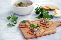 Форшмак можно подать на бутербродах или добавить к картофелю.