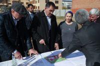Юнус-Бек Евкуров постоянно инспектирует ход строительства социальных объектов.