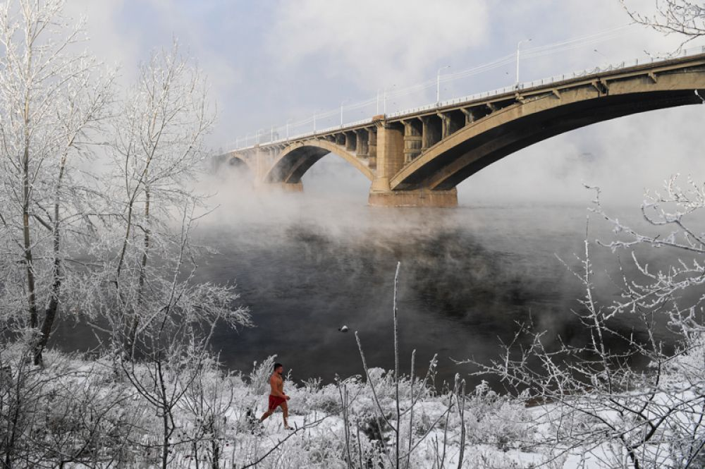 Участник клуба зимнего плавания на берегу реки Енисей в Красноярске. В ночь на 19 ноября температура воздуха в Красноярске опустилась до -25°C.