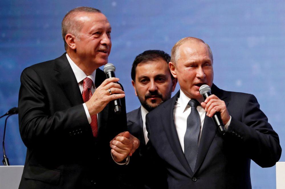 Президент Турции Тайип Эрдоган и российский лидер Владимир Путин во время церемонии, посвященной завершению строительства морской части газопровода «Турецкий поток» в Стамбуле.