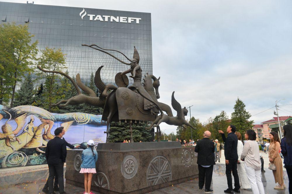 В сентябре в Альметьевске появилась скульптура «Каракуз» («Черноглазка») авторства Даши Намдакова. В ней всемирно известный бурятский художник воплотил образ легендарной татарской воительницы.