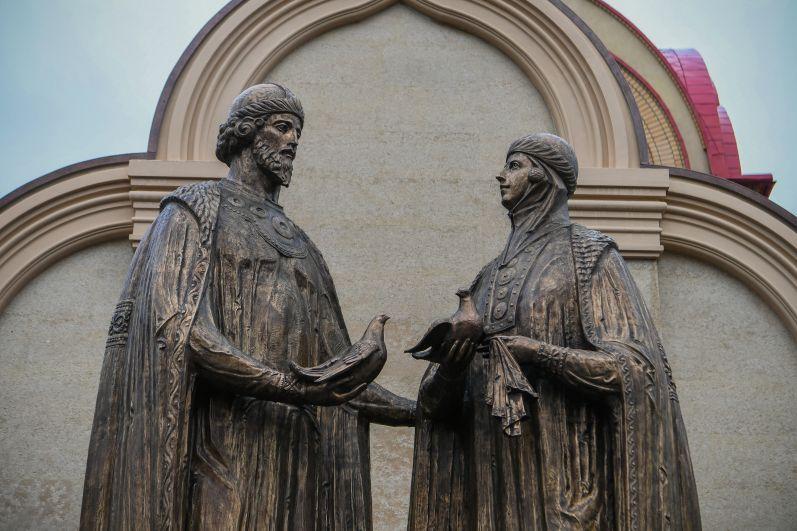 Памятник святым благоверным Петру и Февронии, покровителям семьи, открыли в ноябре в Казани.