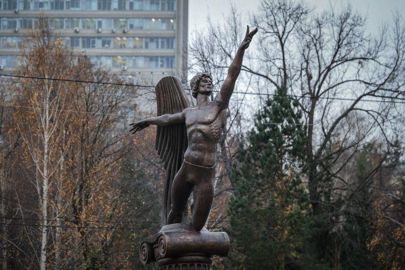 В ноябре открылся памятник Рудольфу Нуриеву авторства Зураба Церетели. Он стал первым в России памятником этому танцовщику с мировым именем.