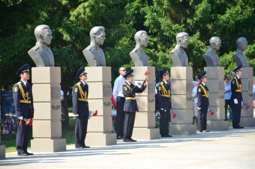 В парке Победы Набережных Челнов 30 августа открылась Аллея Героев. Здесь установили бюсты 11 героев Советского Союза, жизнь которых была связана с Набережными Челнами.