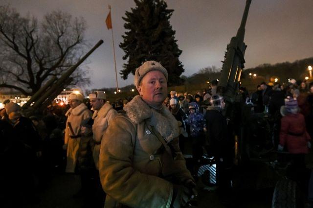 Участники реконструкции салюта в 74-ю годовщину снятия блокады Ленинграда.