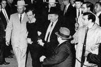 Джек Руби убивает Ли Харви Освальда.