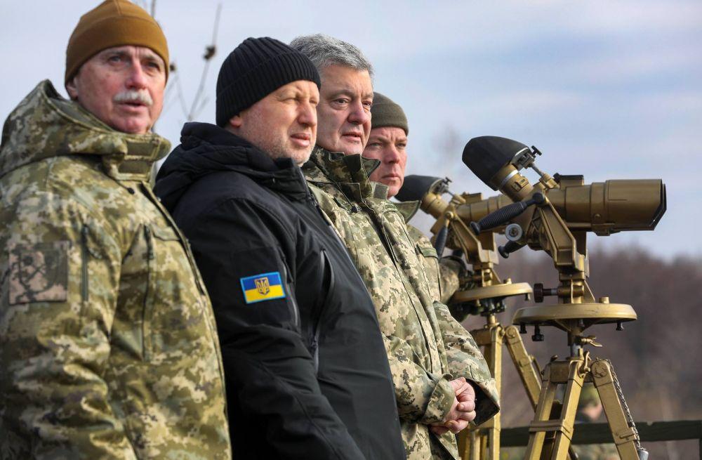 На учениях присутствовали президент Украины Петр Порошенко, секретарь Совета национальной безопасности и обороны Украины Александр Турчинов, начальник Генерального штаба ВСУ Виктор Муженко.