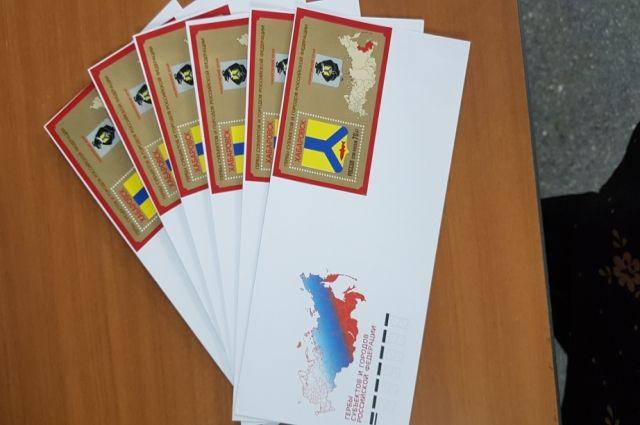 На марке изображён первый герб Хабаровска.