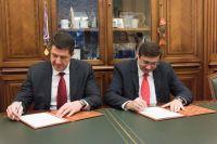 Первый заместитель председателя Банка России Сергей Швецов и президент «Ростелекома» Михаил Осеевский подписывают соглашение.
