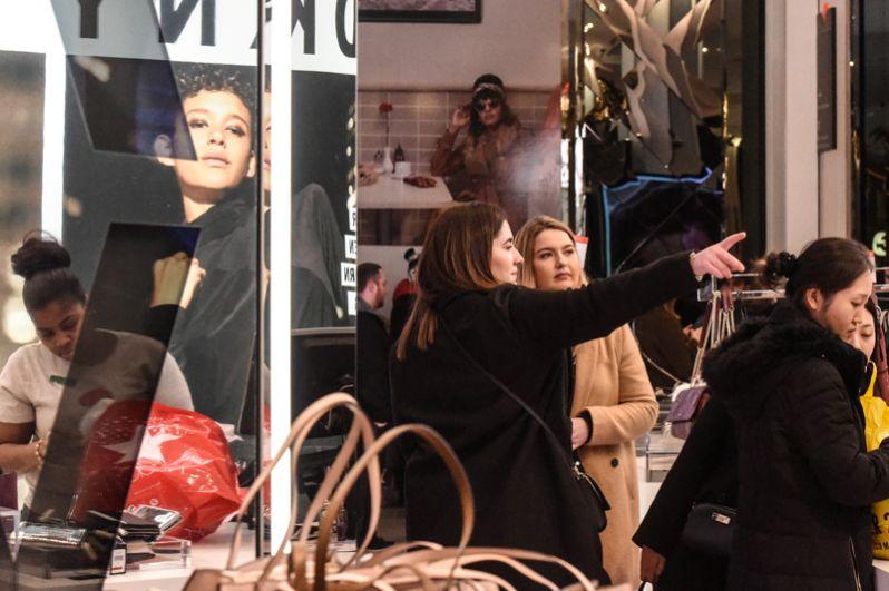 Покупатели в универмаге Macy's в Нью-Йорке.