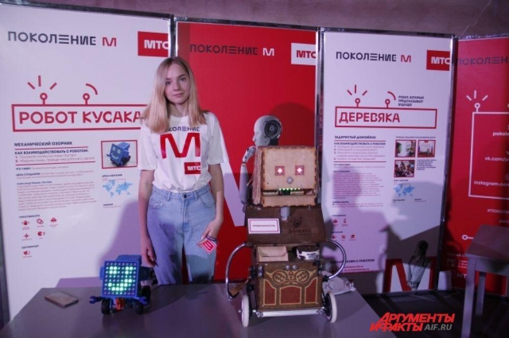 Консультанты рассказывают о роботах и их возможностях.