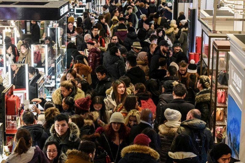 В «черную пятницу» магазины открываются очень рано — около 5 утра, а некоторые крупные торговые сети — даже в полночь.