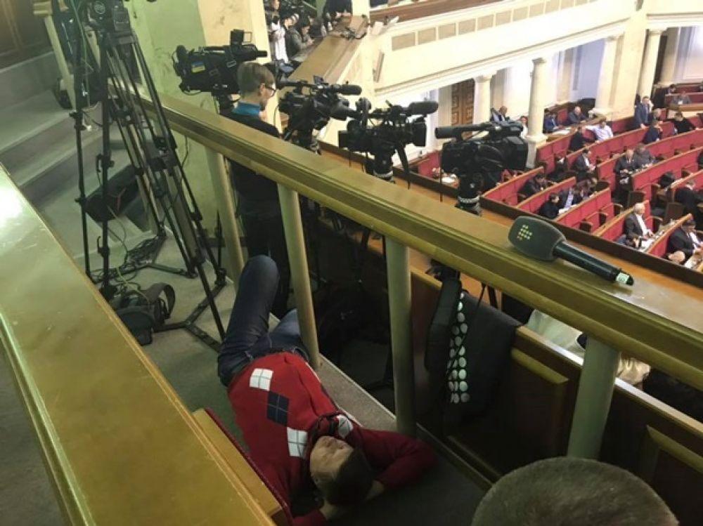 """""""Сонная лихорадка"""" передалась и журналистам на балконе сессионного зала парламента."""