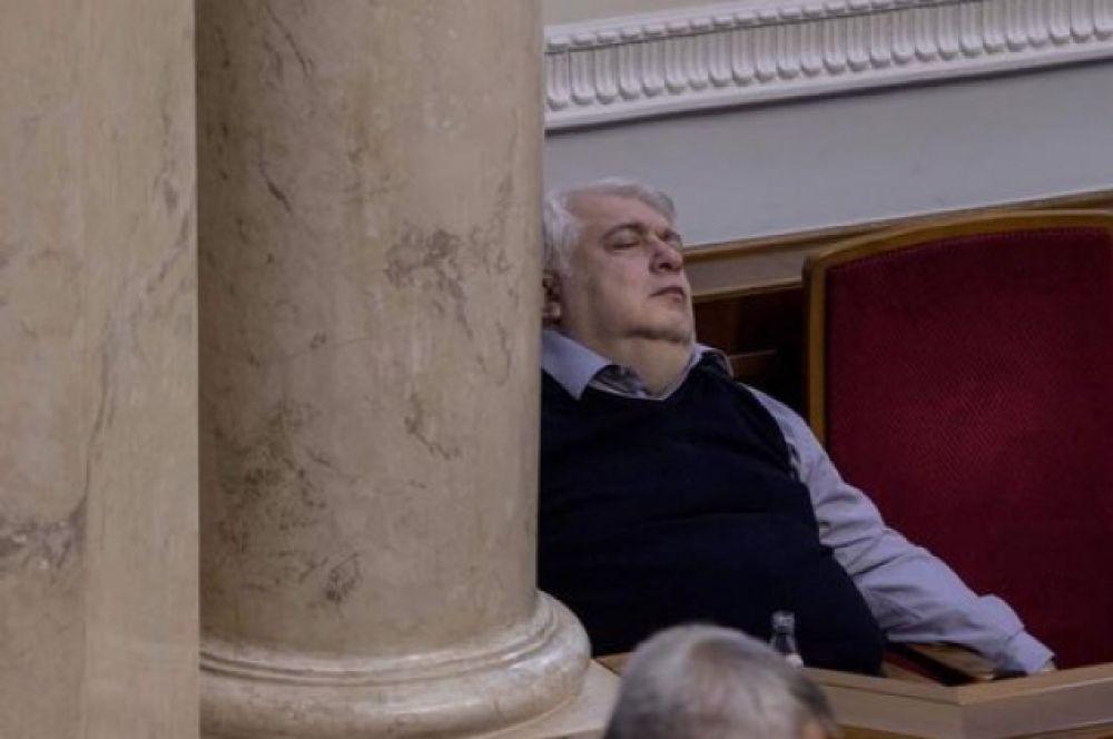 Увы, но ночи в ноябре длинны и не все могут выстоять. Спящие депутаты после четырех утра уже не были редкостью в Раде.