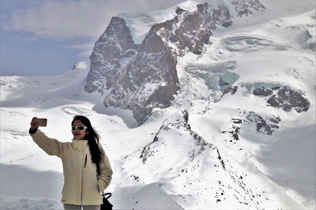 Спасатели вывозили туристов из тайги на снегоходах.