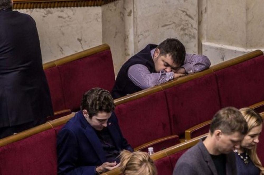 Основное количество депутатов не спало. Но появилась другая проблема - некоторые соратники сообщили, что в сессионном зале так и пахнет спиртным.