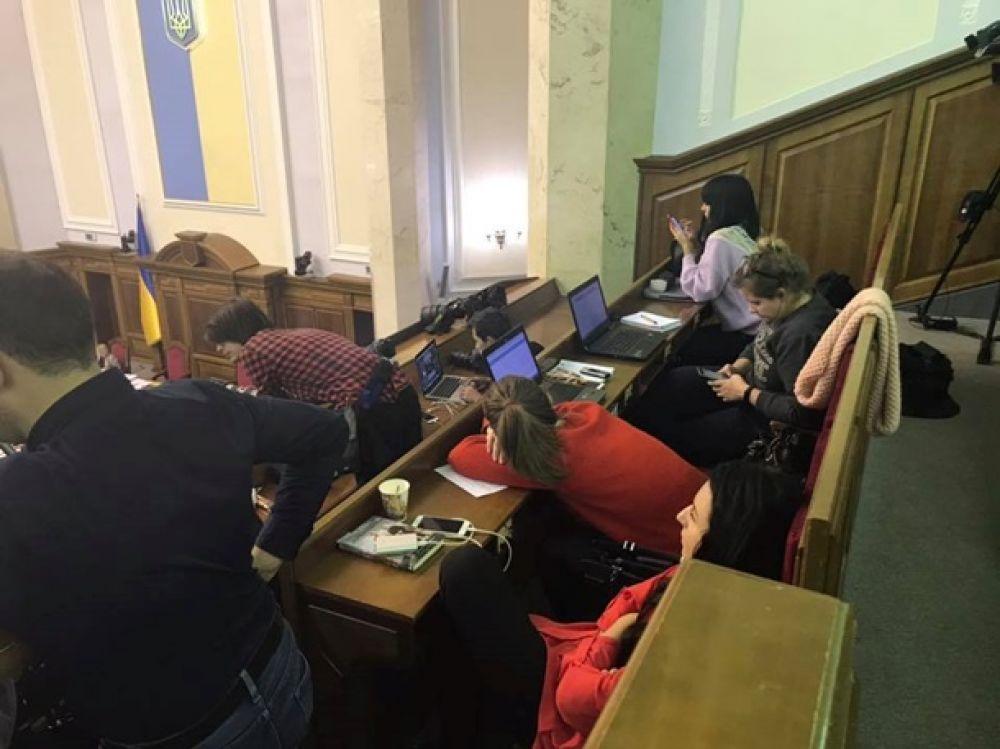 Спят усталые журналисты. Но бюджет приняли и не проспали.