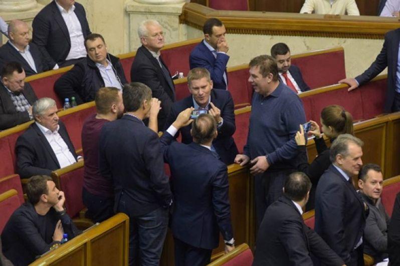 В итоге, заседание после перерыва до 21:30, продолжалось всю ночь, но лишь в 06:00 утра депутаты проголосовали за принятие проекта бюджета-2019 в целом. 241 депутат - за, 28 - против.