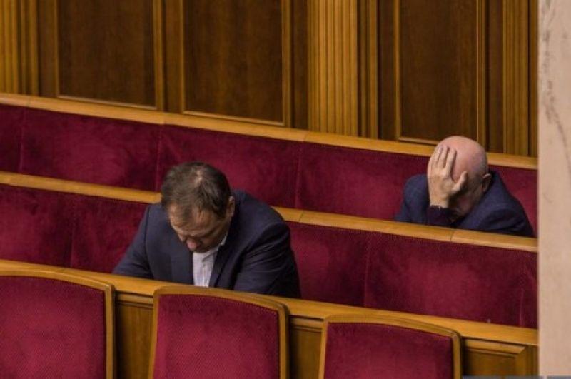В основном, в сон начало клонить депутатов уже после трех часов ночи, когда обсуждения бюджета все еще продолжались, но сил уже не было ни у кого.
