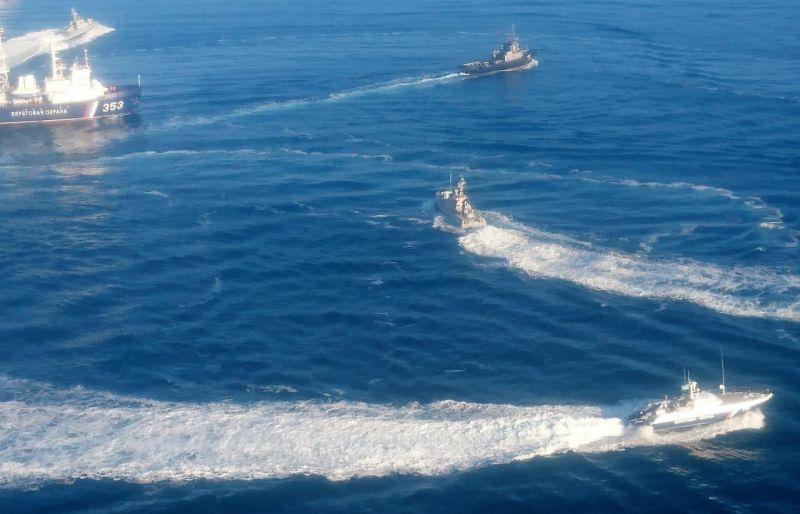 Два малых бронированных артиллерийских катера и рейдовый буксир ВМС Украины пересекли российскую границу и движутся в сторону Керченского пролива.