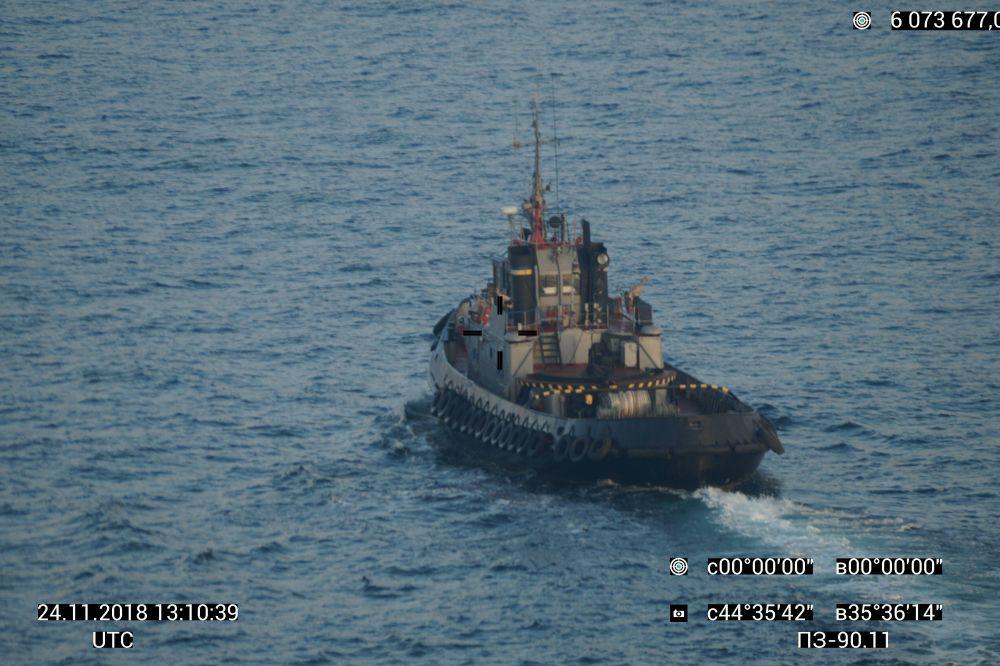 Российские военные катера и сухогруз перекрыли Керченский пролив.