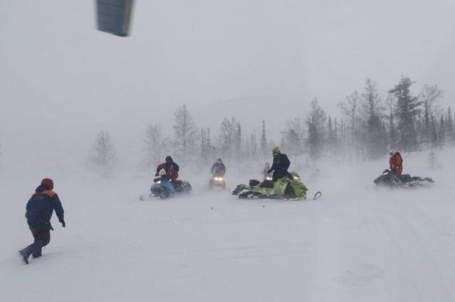 Мальчиков ищут с помощью снегоходов.
