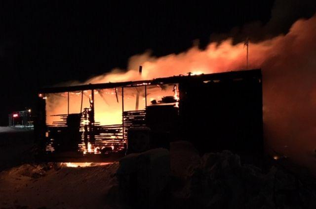 В Тазовском сгорел нежилой балок, погиб человек