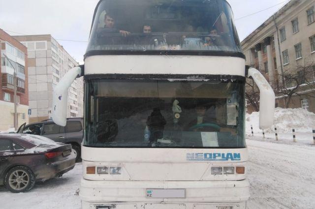 Автобус перевозил иностранцев из Красноярска в Казахстан.