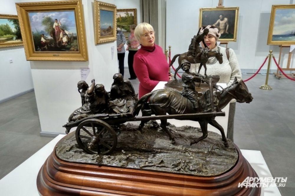 Дополнение к картинам — бронзовые скульптуры работы Евгения Лансере и Павла Трубецкого.