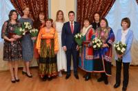 Дмитрий Артюхов вручил многодетным мамам Ямала региональные награды