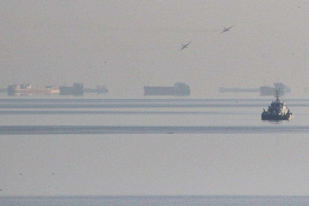 Российские военные штурмовики Су-25, поднятые в небо в связи с незаконным пересечением кораблей ВМС Украины российской государственной границы.
