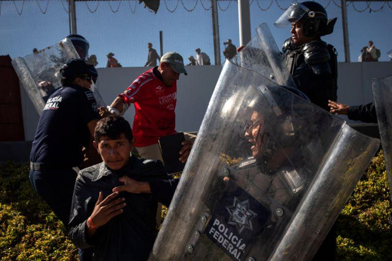 Глава МВД Мексики Альфонсо Наваррете пообещал депортировать мигрантов из центральноамериканских стран, пытавшихся прорваться в США.