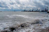 Проход в Азовское море заблокирован, простаивают 10 суден, - порт Мариуполя