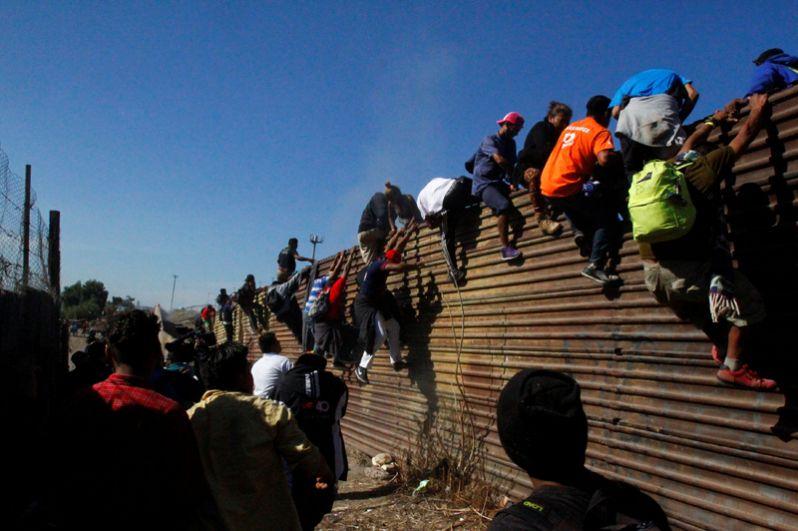 Мигранты пытаются пробраться в США на границе в Тихуане.