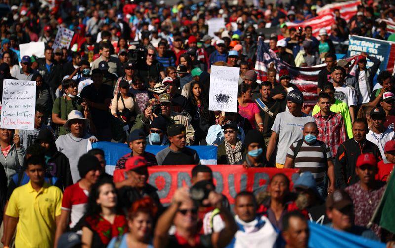 «Караван мигрантов» из Центральной Америки приближается к пограничной стене между Мексикой и Соединенными Штатами в районе Тихуаны.
