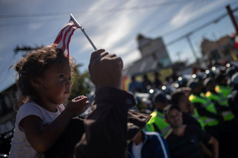 Американские власти заявили, что не намерены принимать нелегалов, и усилили безопасность на границе.