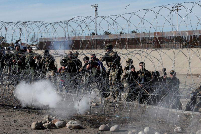 Ранее пограничники закрыли один из основных пропускных пунктов на границе с Мексикой, который находится в районе Сан-Диего.