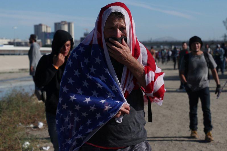 Мигранты около пограничной стены между Мексикой и Соединенными Штатами в Тихуане.