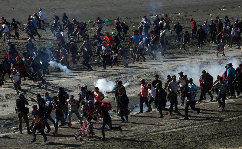 Американские пограничники применили слезоточивый газ после того, как сотни мигрантов попытались незаконно пересечь границу Мексики и США в Тихуане.