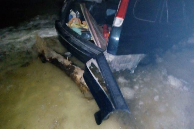 Спасатели достали автомобиль, провалившийся под лёд.