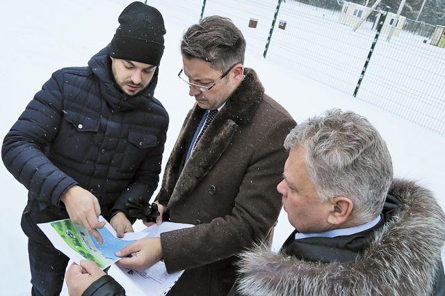 Глава Ижевска Олег Бекмеметьев побывал в городке Металлургов и лично посмотрел, как установили остановочный комплекс.