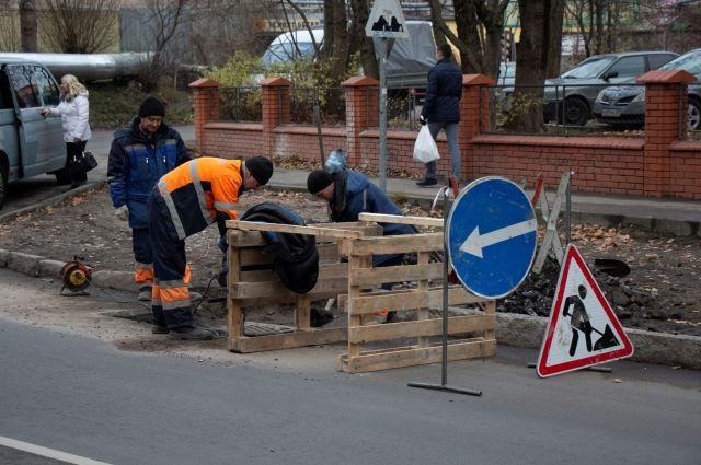 На отремонтированной улице Нарвской меняют дождеприемный колодец.