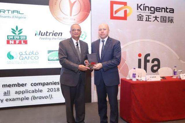 Главе профильного департамента ЕвроХима Егору Юркину награду вручили на Стратегическом форуме IFA в Пекине.