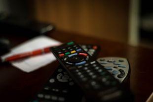 Чтобы смотреть ТВ, придется купить отдельную приставку с пультом.