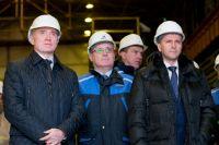 Вместе с министром Дмитрием Кобылкиным (крайний справа) Борис Дубровский посетил один из челябинских заводов, где в природоохранные мероприятия вложили более миллиарда рублей.