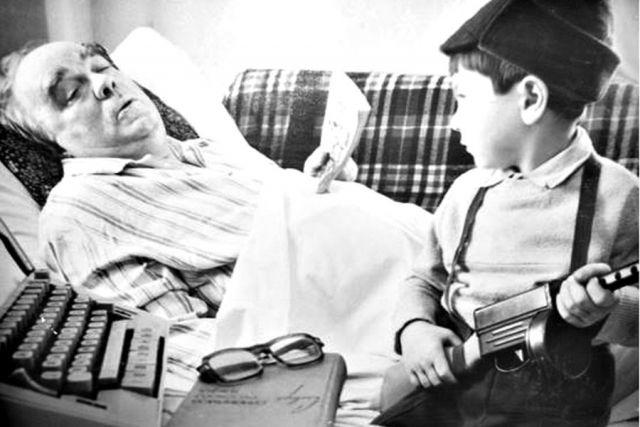 Фронтовик со своим внуком.