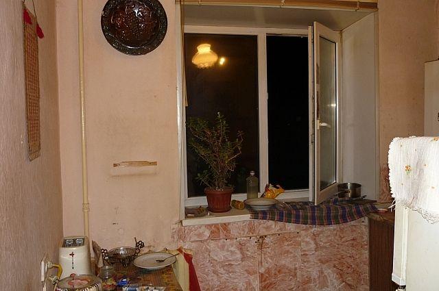 Окно, через которое потерпевший попытался сбежать от нападавшего.