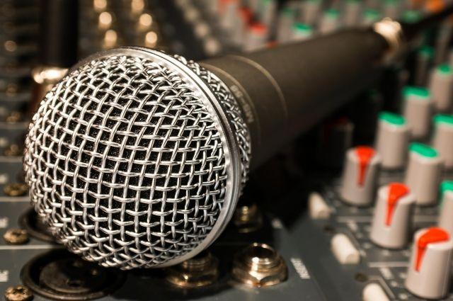 Артисты успели исполнить две песни, после чего в заведение ворвались сотрудники полиции и разогнали поклонников творчества.