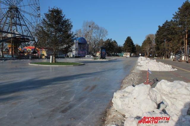 В этом сезоне перед специалистами КГУП «Недвижимость» стоит непростая задача - в короткие сроки подготовить качественный лед.